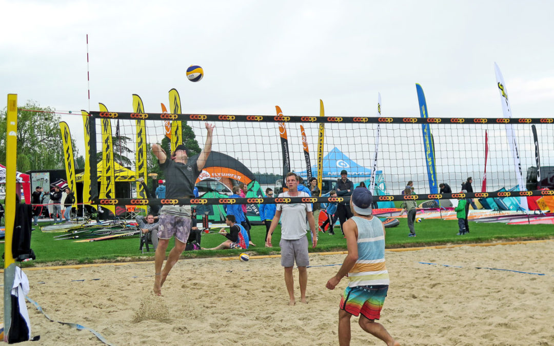 Surfen, Beachvolleyball und Strandparty
